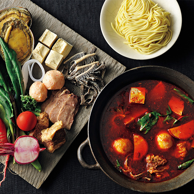 鮑など贅沢素材もたっぷり。 食べる人の体を考えた養生鍋