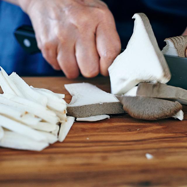 きのこの中で特にエリンギは切り方によって、味と 食感に変化をつけられる楽しい食材