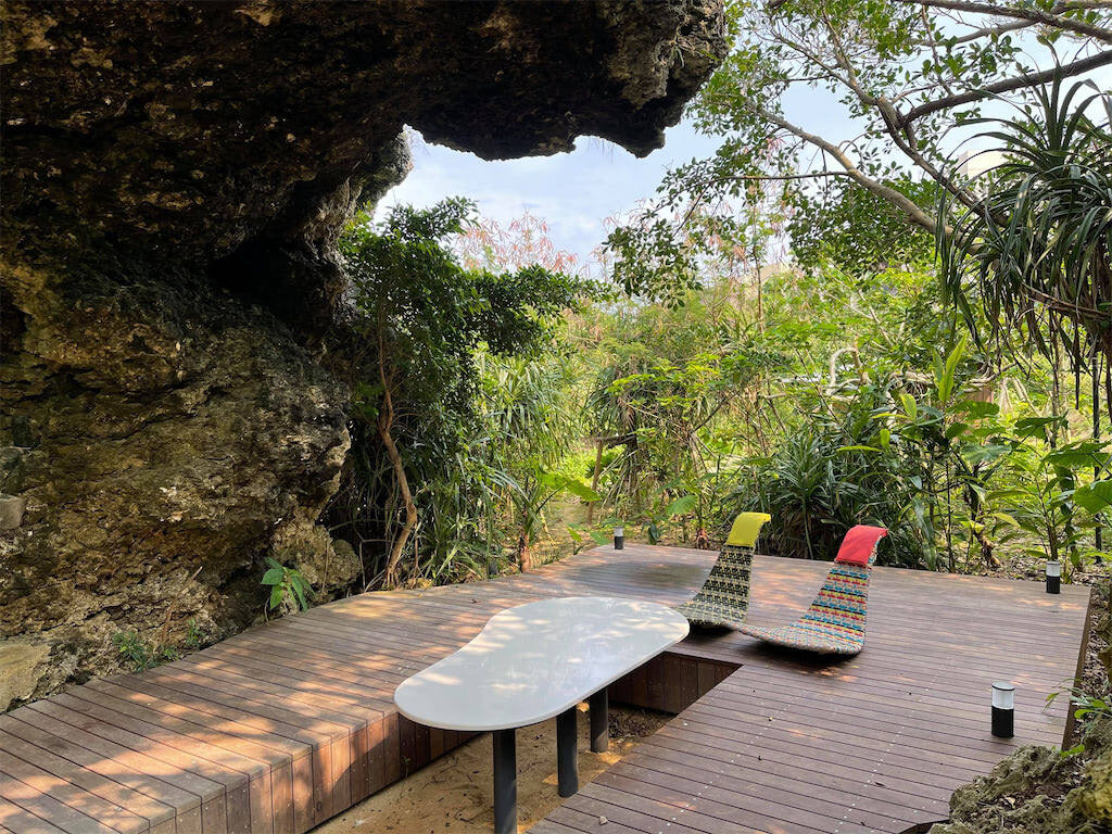 4つのエリアがある「星野リゾート バンタカフェ 沖縄県読谷村」。荒々しい自然に囲まれたこんなスペースも