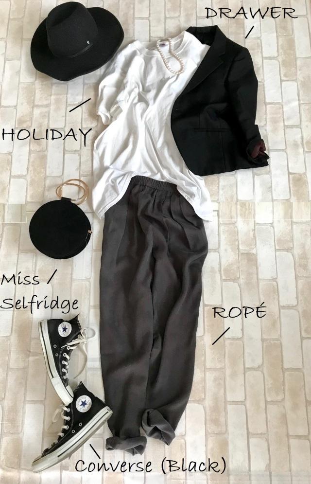 黒コンバースのハイカットスニーカー×Tシャツ&パンツのファッションコーデ
