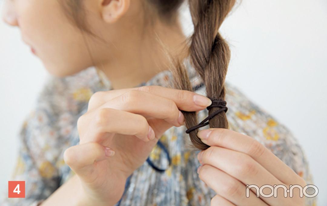 毛先をゴムで結び、最後の毛先は通さず輪っか状に。はみ出した毛先をゴムに巻きつけて完成。