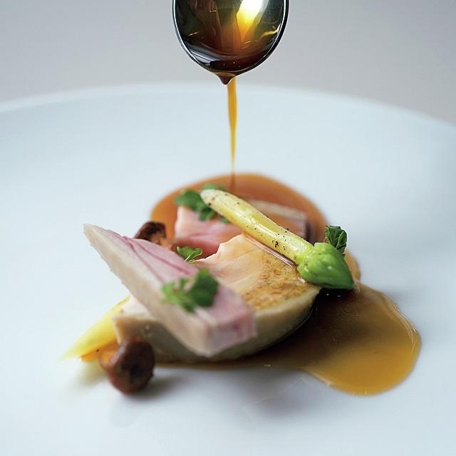 「有明山農場美膳軍鶏のポシェ、ヴァンジョーヌ、杏茸」。軍鶏のだしを煮詰めたソースを添えて