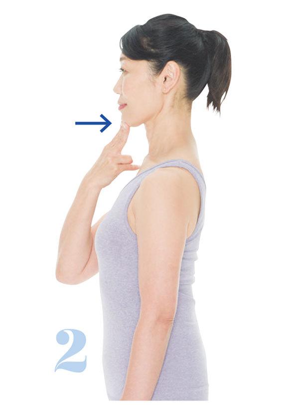 <p><strong>2.あごを後ろに押してキープ</strong></p> そのままあごを後ろに押して5呼吸キープ。これを3回。あごを少し斜め上に上げるつもりで押すのがポイント。仕事の合間などにこまめに行って。