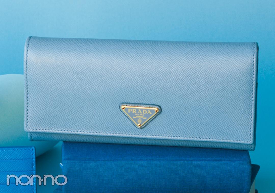 ミニ財布を買うならプラダ♡ 新作のブルーが素敵すぎる!【20歳からの名品】_1_3-1