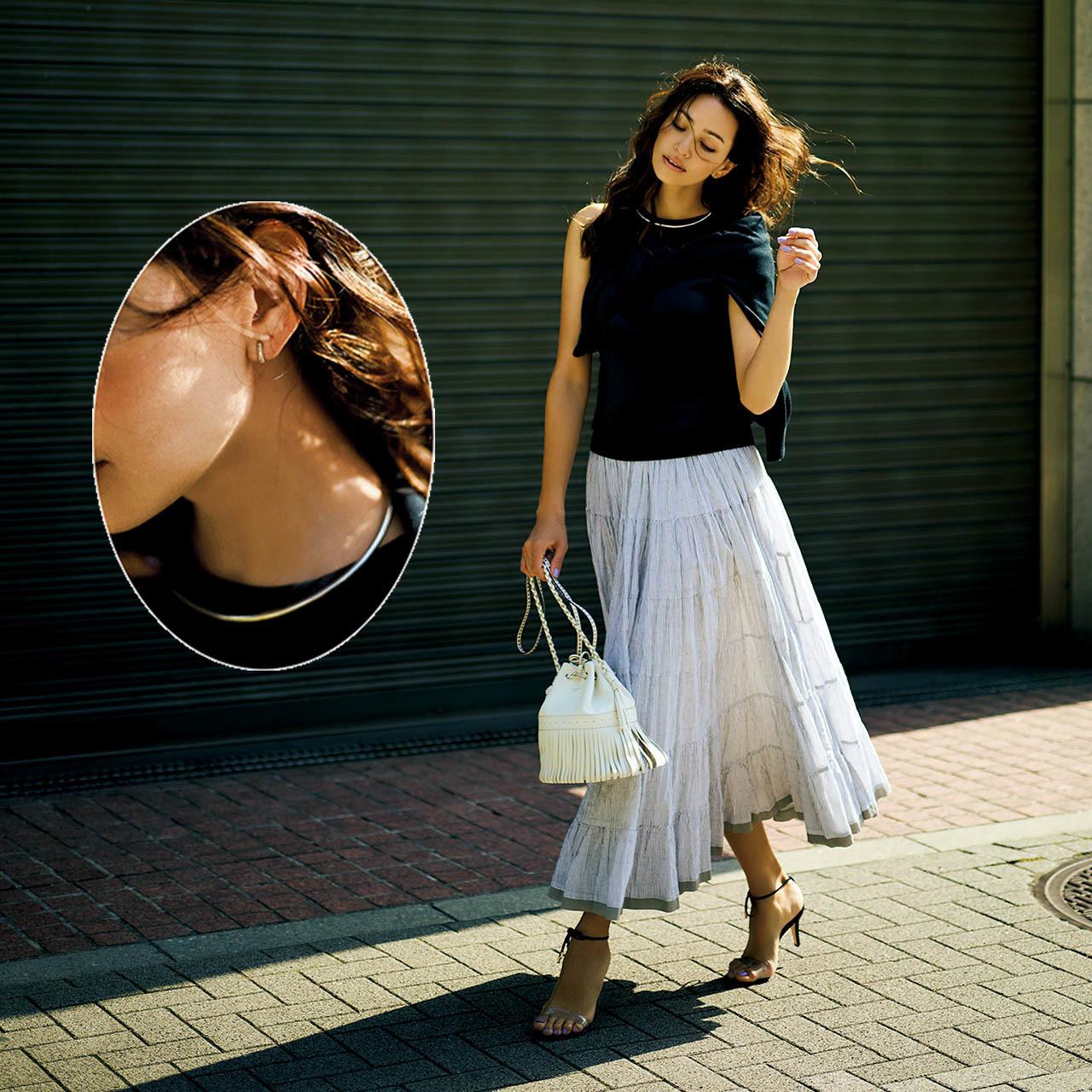黒のノースリーブニット×白ロングスカートでモノトーンコーデ