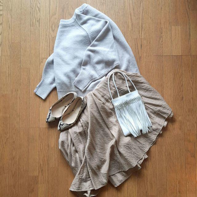 グレージュニットとベージュサテンスカート