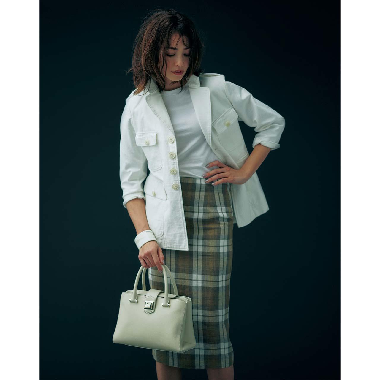 ジャケット×ペンシルスカートコーデを着たモデルのRINAさん