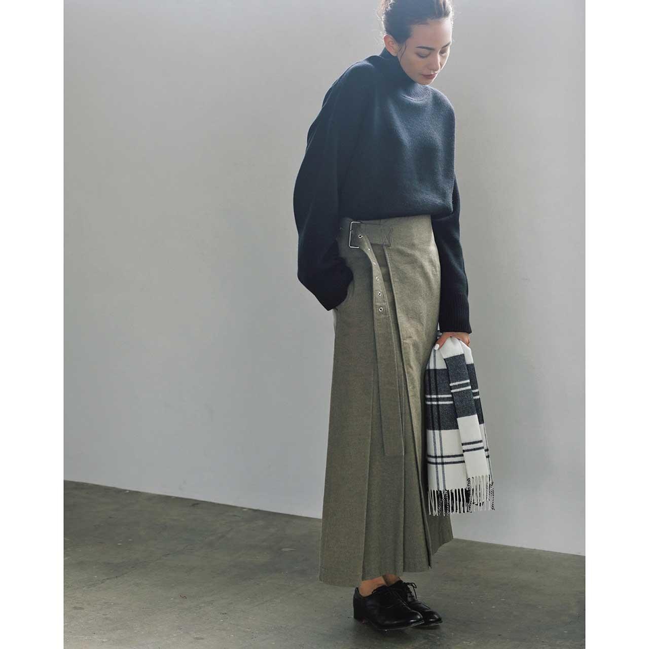 ファッション 黒タートルネックニット×スカートコーデ