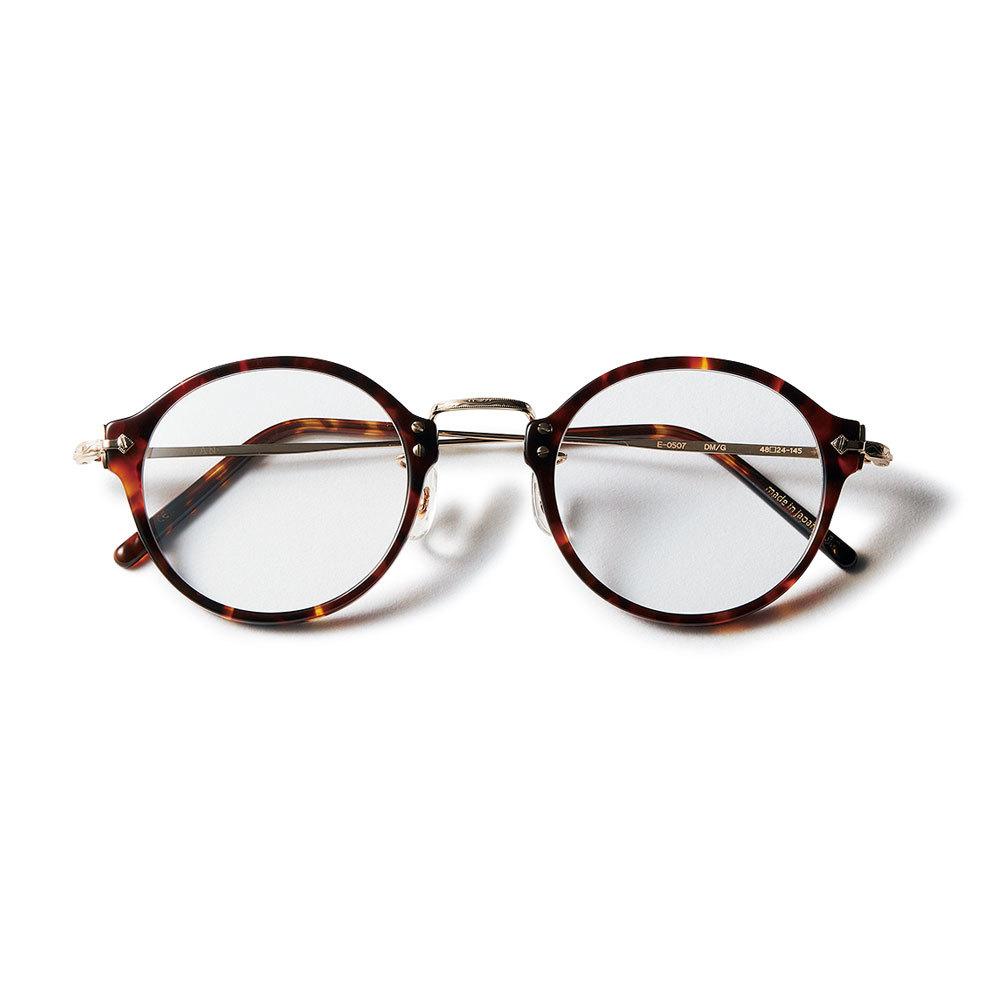 フェミニン派のためのファッション小物はアイヴァンのメガネ