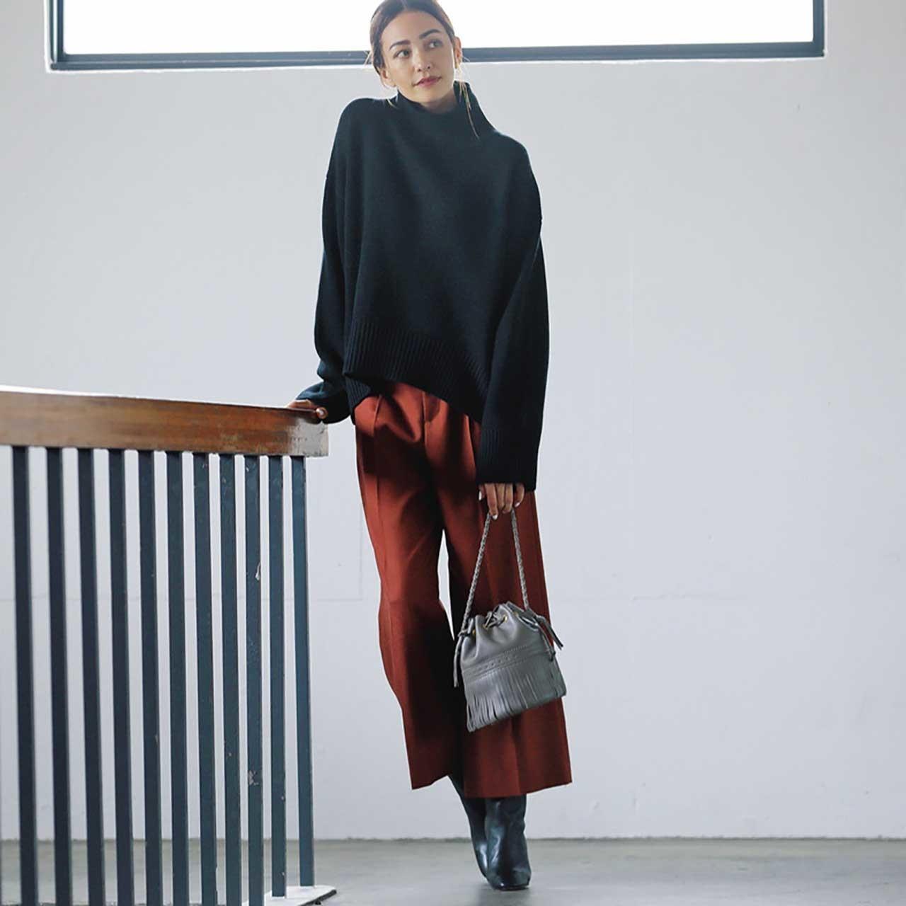 ファッション 黒のタートルネックニット×パンツコーデ
