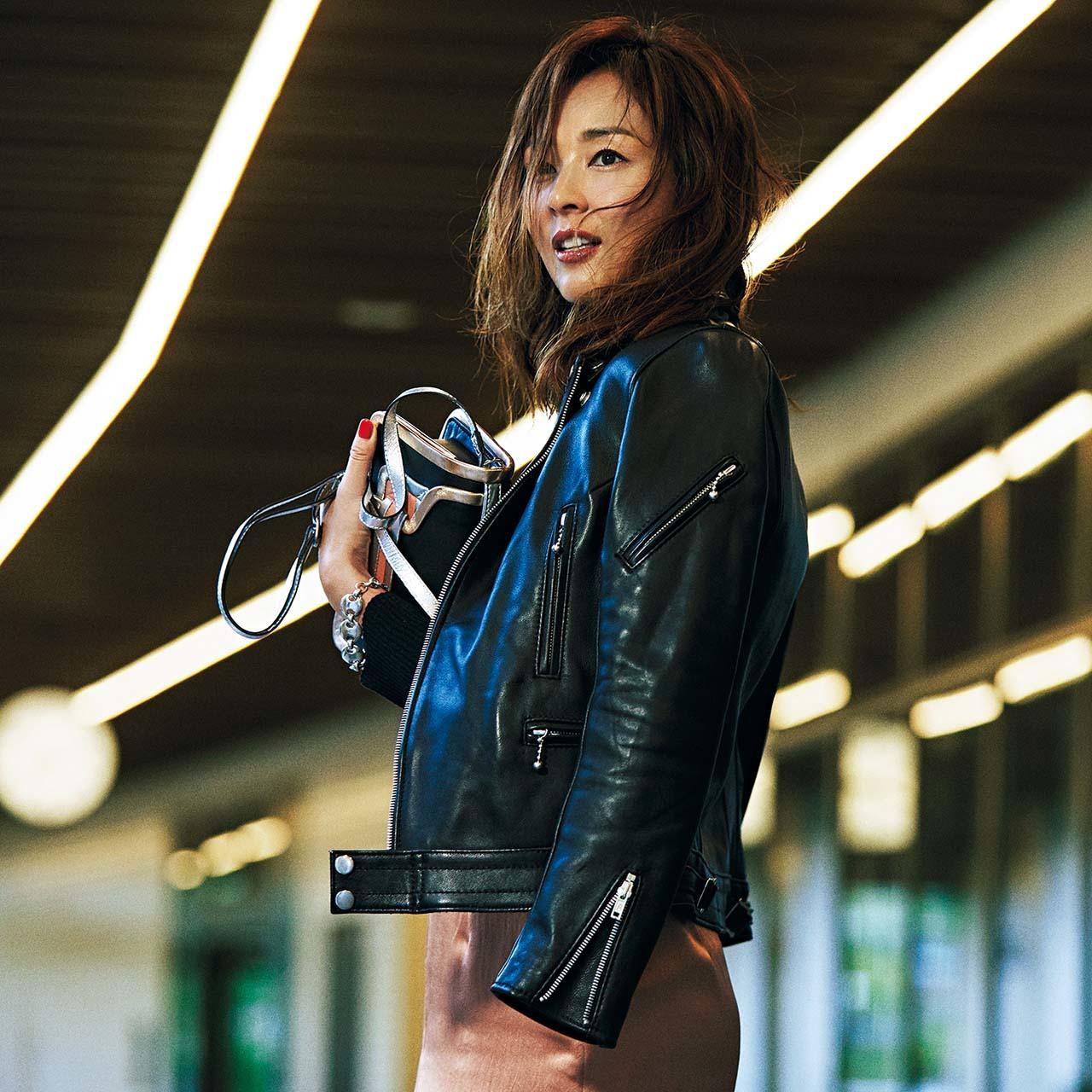 レザーのツヤジャケット×サテンスカートコーデを着たモデルのSHIHOさん