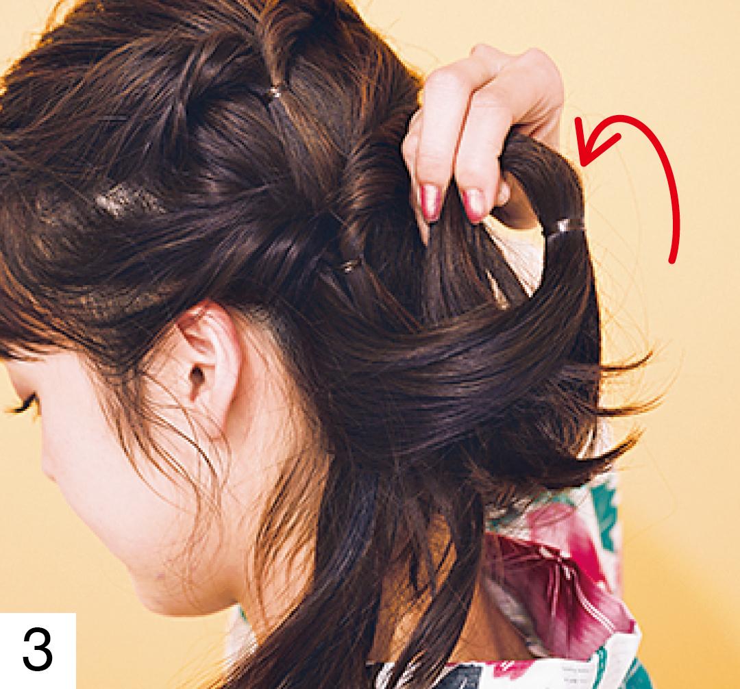 2で結んだ毛束も同様に、3つ目のくるりんぱに。結び目は2より左に寄せて。結び目が上から順に左に向かって1列に並ぶようにすると仕上がりがきれい。
