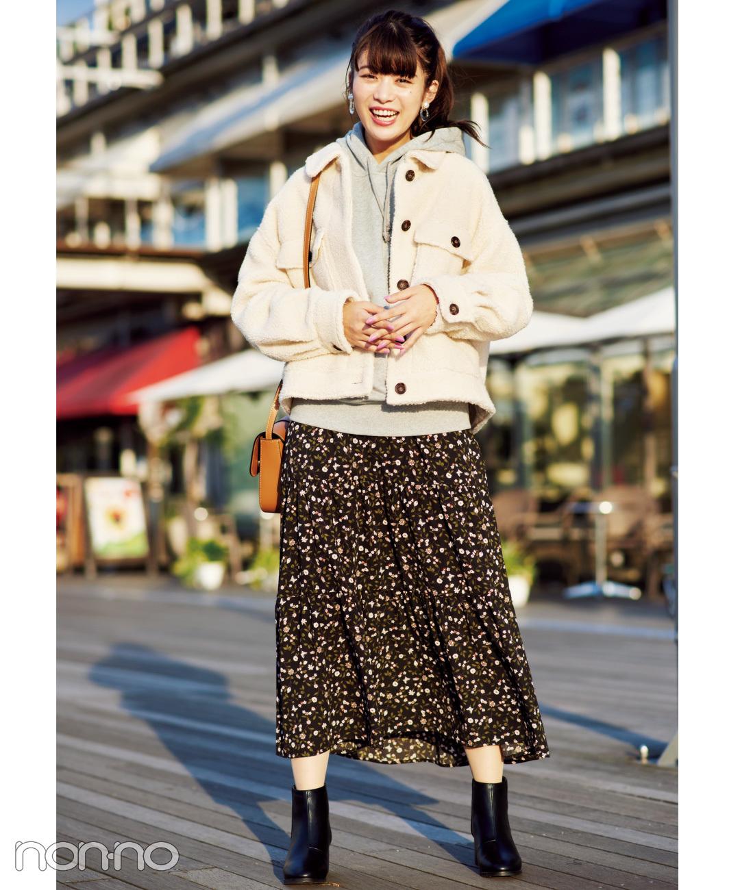 【グレー・パーカコーデ】パーカでも花柄ロングスカートなら女っぽになれる
