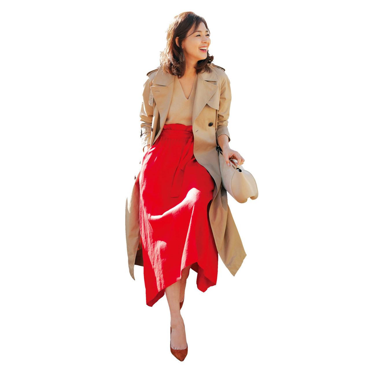 トレンチコート×赤色スカートコーデ
