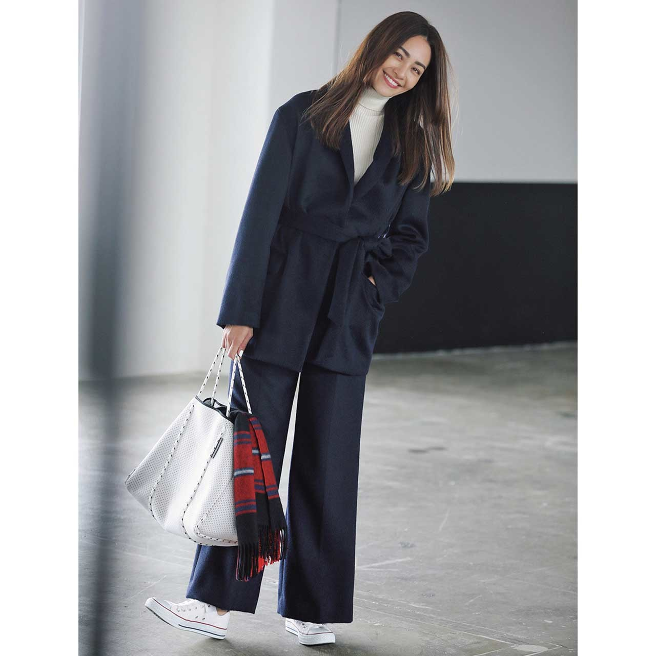 ジャケット×タートルネック×パンツコーデを着たモデルのRINAさん
