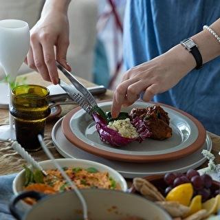 地中海料理を楽しむテーブル
