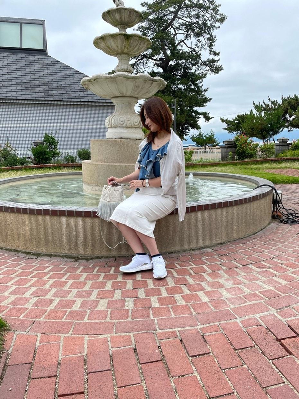 噴水 座る女性