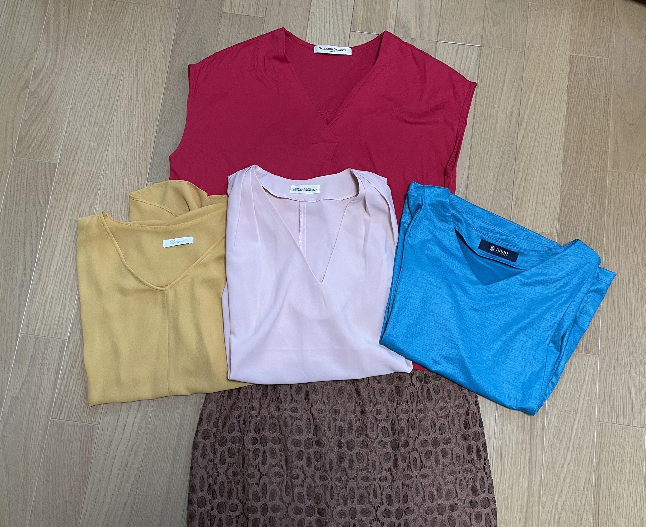 ブルー、ピンク、マスタード、」赤色トップス、ブラウンレーススカート