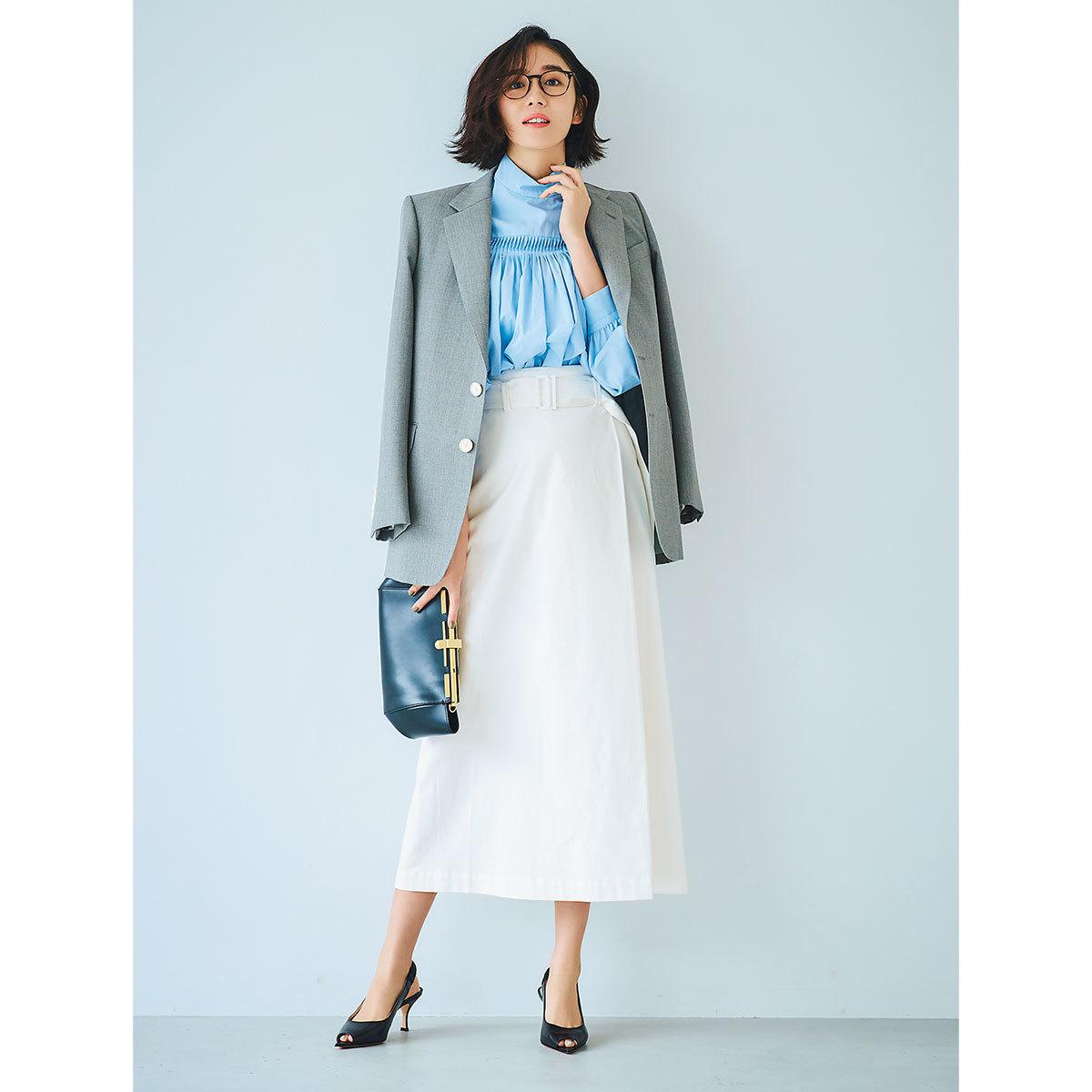 ジャケット×サックスブルーのシャツ×スカートコーデ