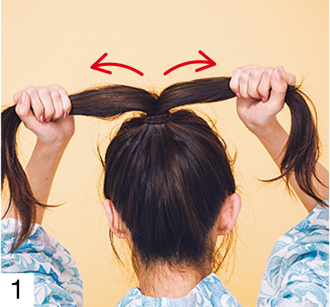 髪全体を手ぐしでざっくりまとめ頭頂部に近い高めの位置でポニーテールに。落ちてくる毛はピンで留めて。しっかり結んだら、ポニーテールの毛束を左右2つに分けておく。