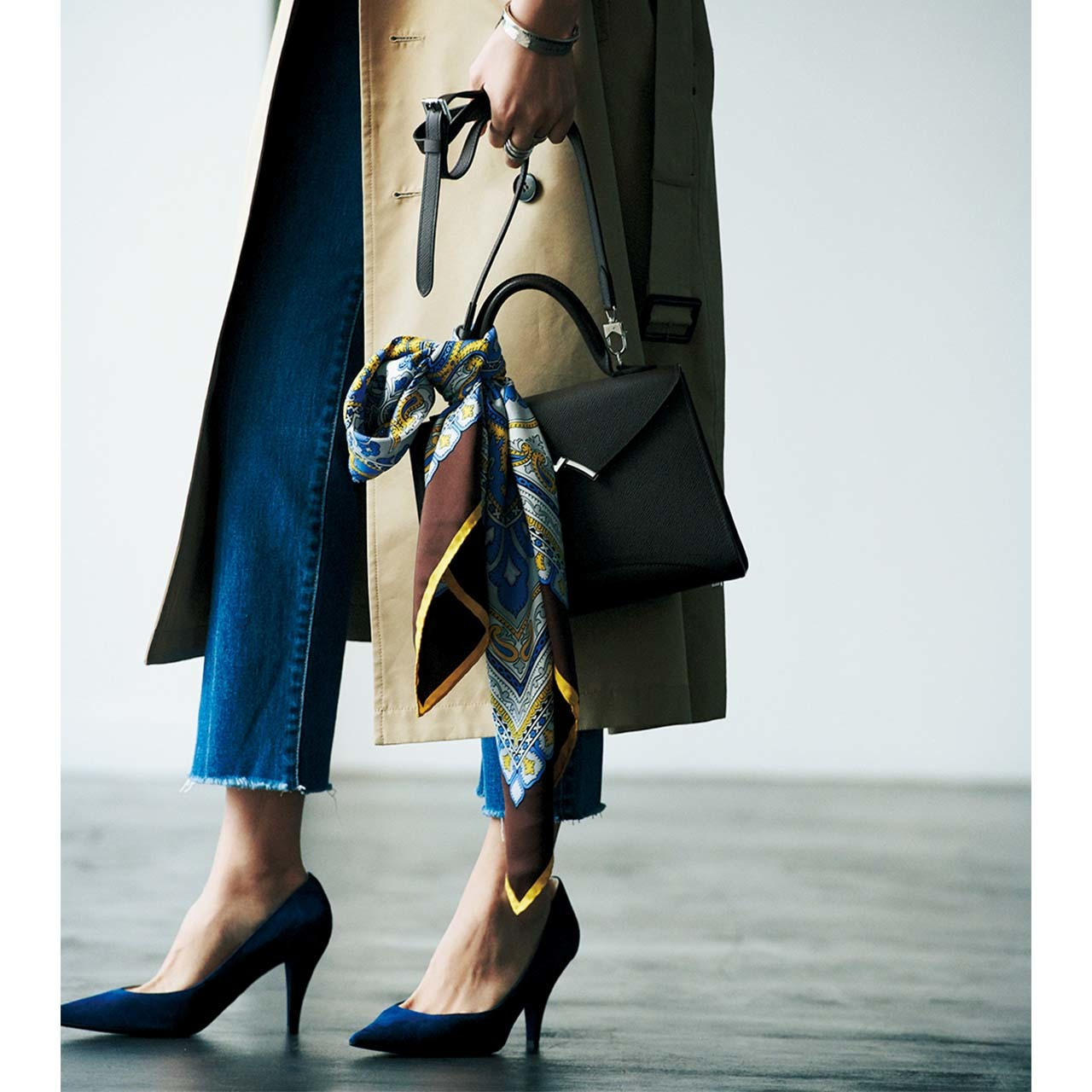 スカーフ×トレンチコート×デニムコーデを着たモデルの竹内友梨さん