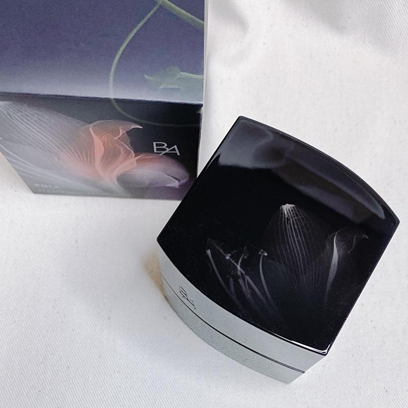 B.A ハイドレーティング カラークリームは漆黒のパッケージに浮き上がるレントゲンを用いたアートワークが印象的。まろやかな曲線を描くフォルムも美しい!