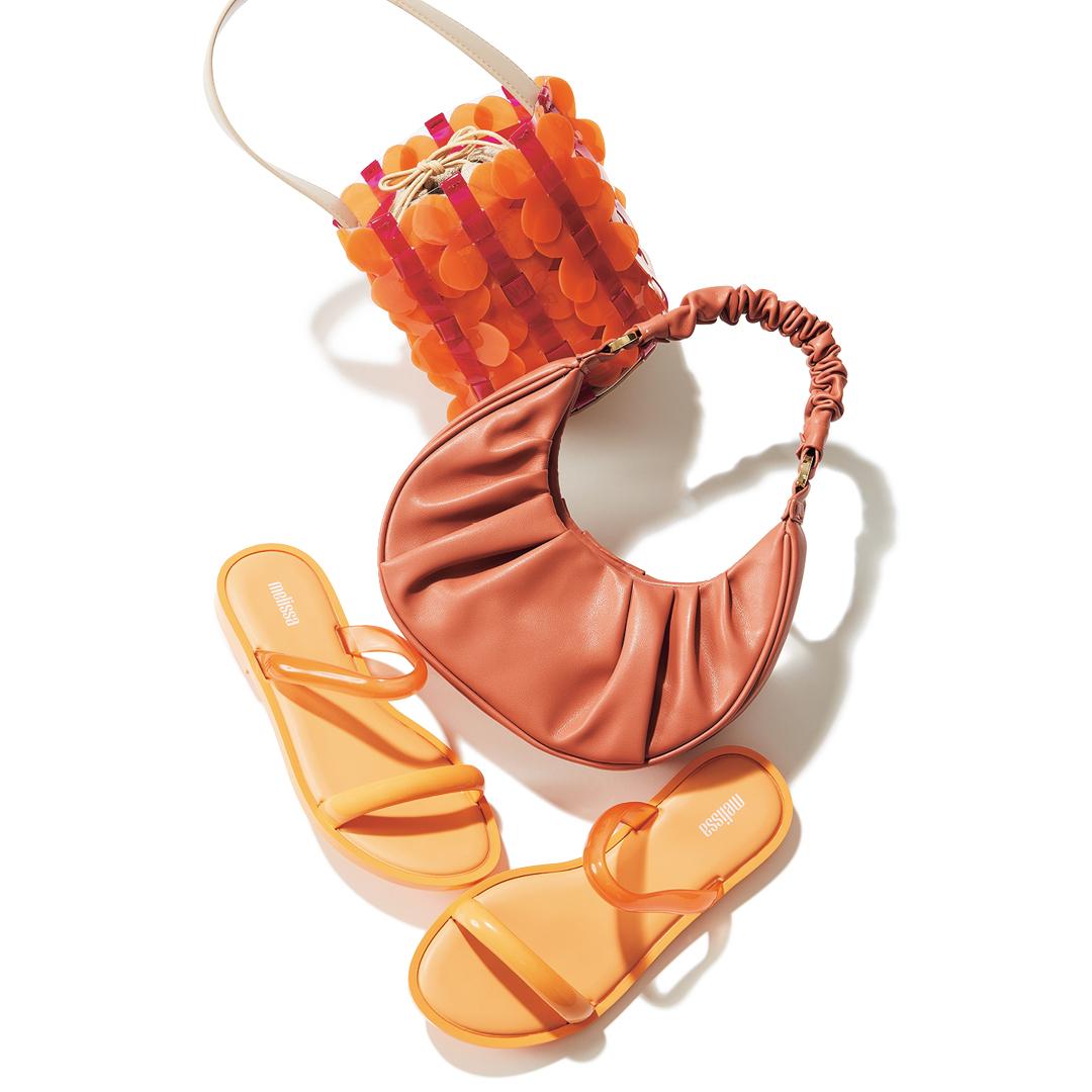 堀田真由の春のこなれシンプル着回しのアイテム(オレンジ小物)