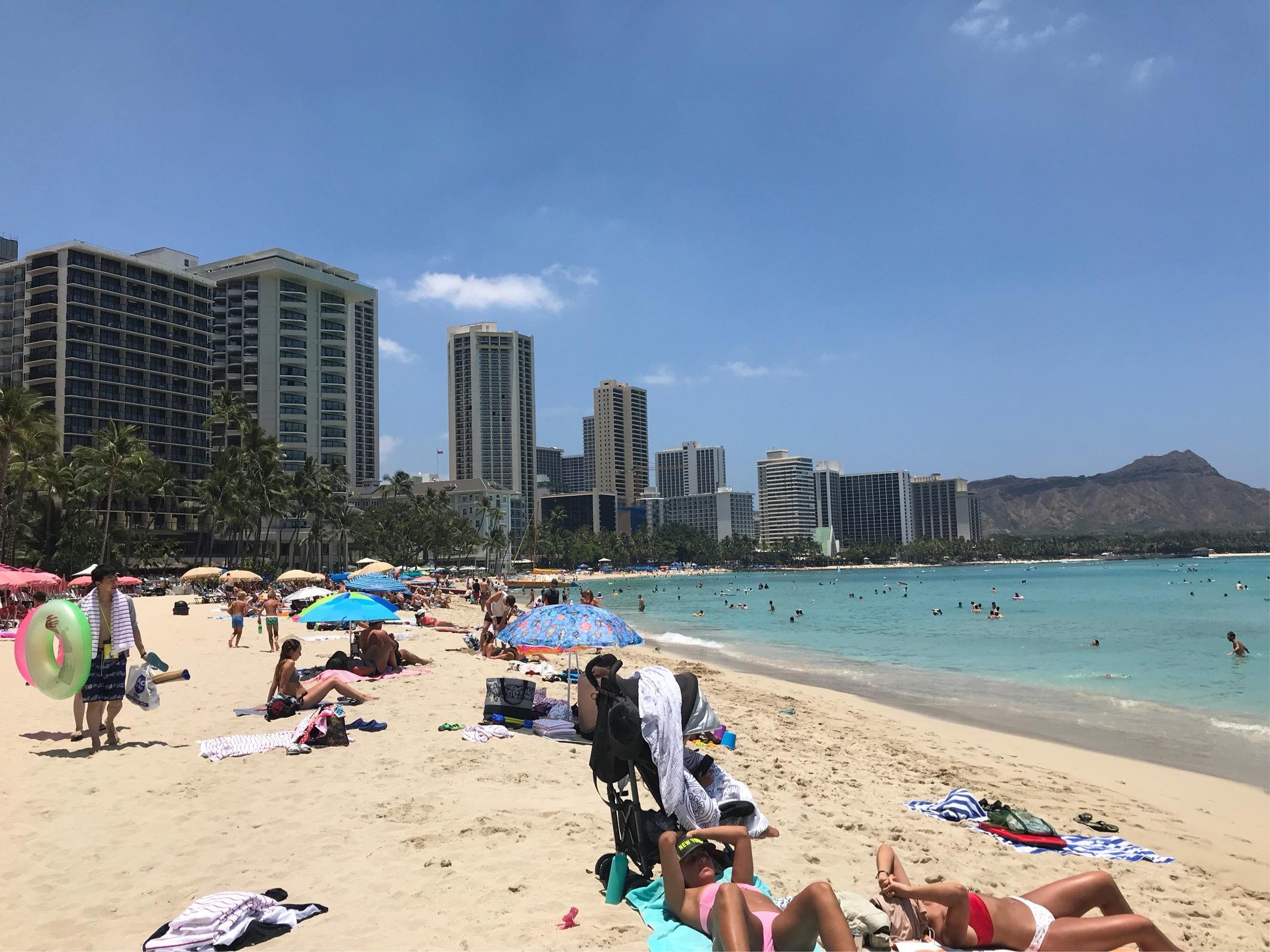ワイキキビーチは変わらずカラフルなパラソルでいっぱい!