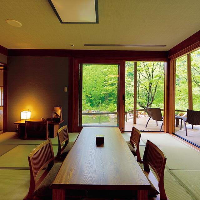 源泉かけ流しの露天風呂つきの品格ある落ち着いた客室。