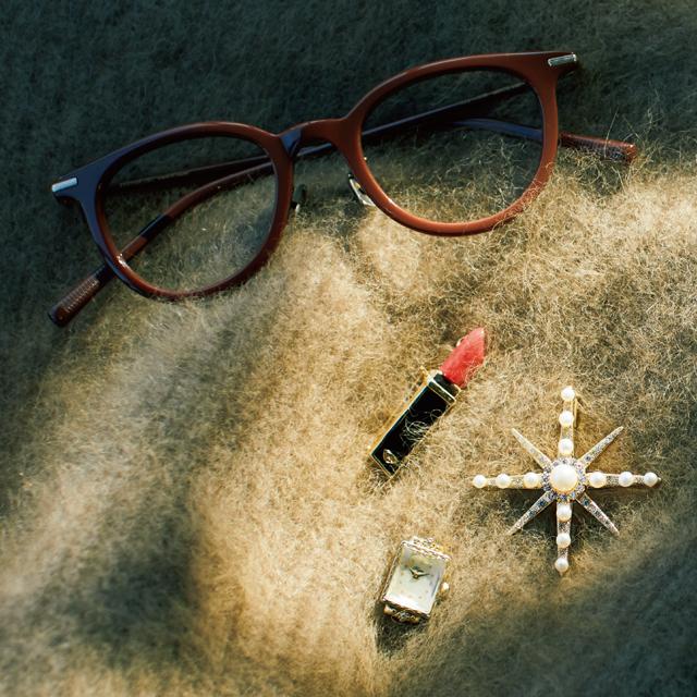 ブローチとリップのかわりにもなるカラーフレームのメガネ