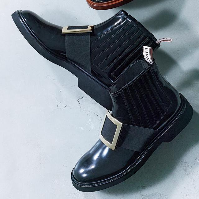 ロジェ・ヴィヴィエ・ジャパンの黒ショートブーツ