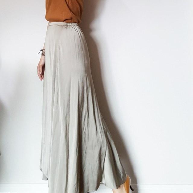 揺れるサテンスカートで女っぷりフェミニンスタイル。_1_3-2