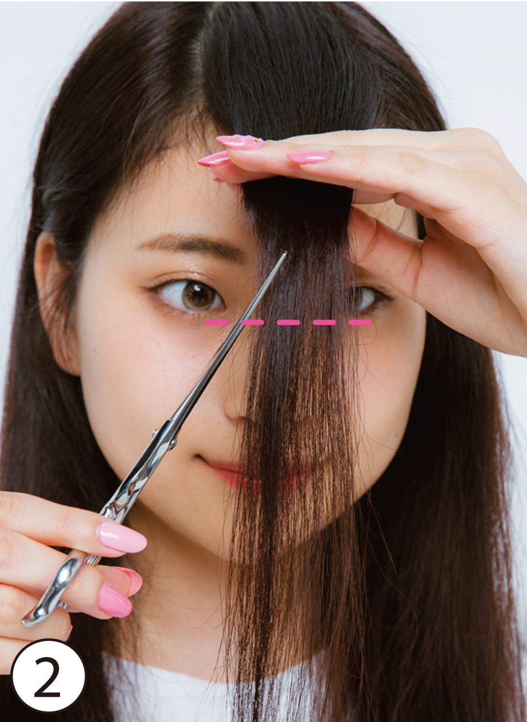 ②長めにカットして重さを残す 基本のカット②では前髪の長さを目の下に設定するのがコツ。短くカットしてしまうと、内側の前髪が浮いてしまい、おでこを目立たせてしまう。