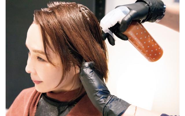 カラーリングの前に、ダメージ予防の処理剤を髪全体に塗布