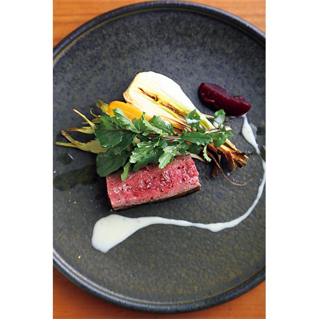 ビーツのペーストとゴルゴンゾーラのソースを添えた「淡路牛の炭火焼」