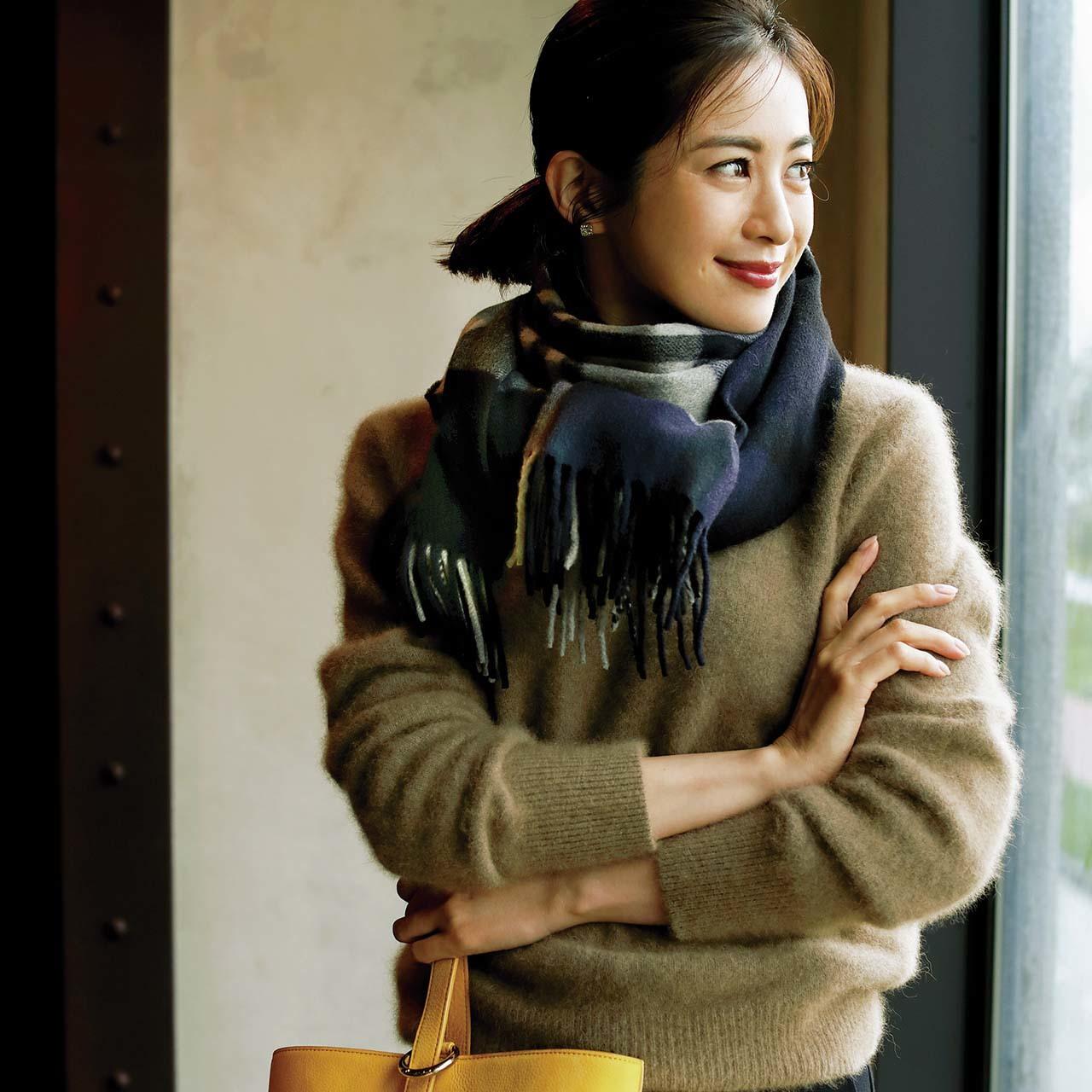 ベージュモヘアニット+チェック柄ストールコーデを着たモデルの高垣麗子さん