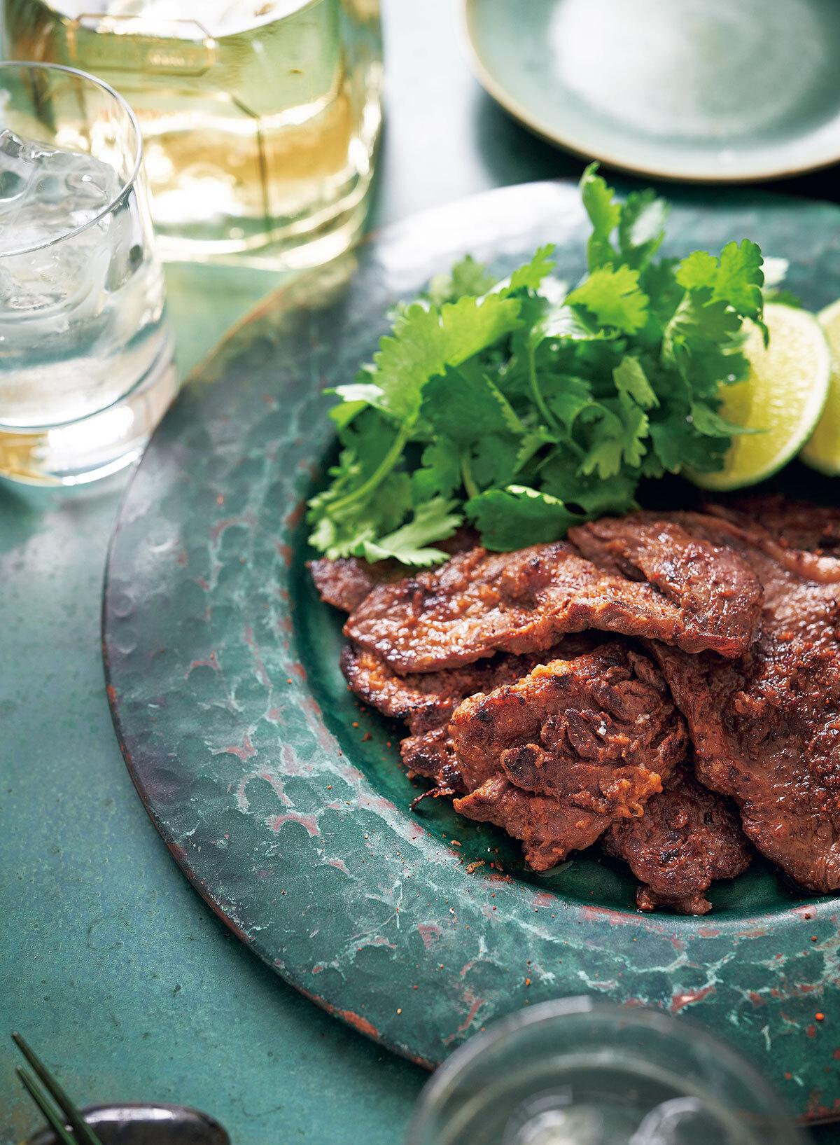 平野由希子のおつまみレシピ_プレミアムテキーラ×牛肉のスパイスマリネ焼き