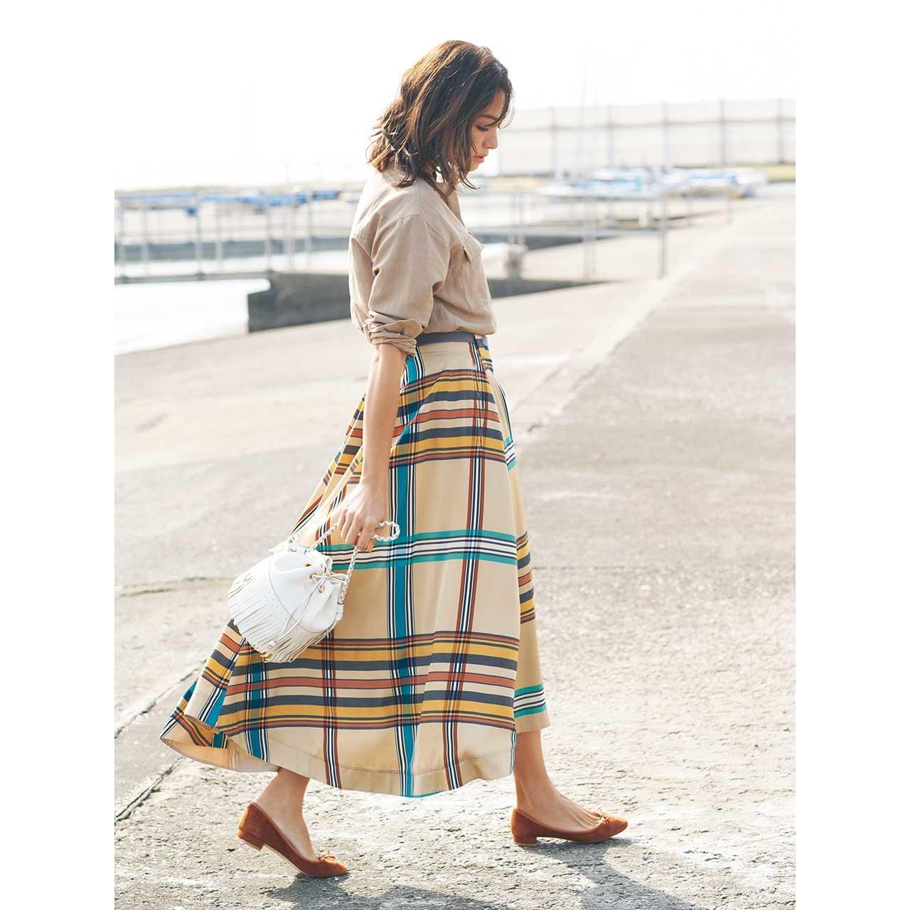 ベージュシャツ×チェックスカートコーデを着たモデルのRINAさん
