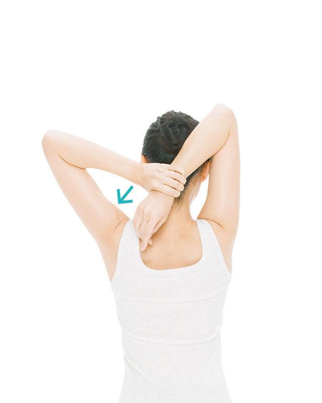 左手で右手首を下に引っぱって10秒キープ。頭はまっすぐ起こしたまま行って。1 〜3回。左右の手を入れ替えて同様に。