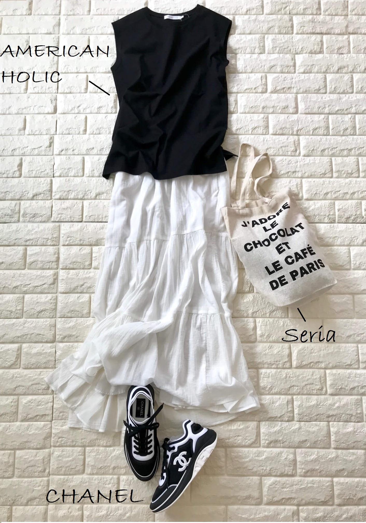 ユニクロの白スカートに黒を合わせたスニーカーコーデ