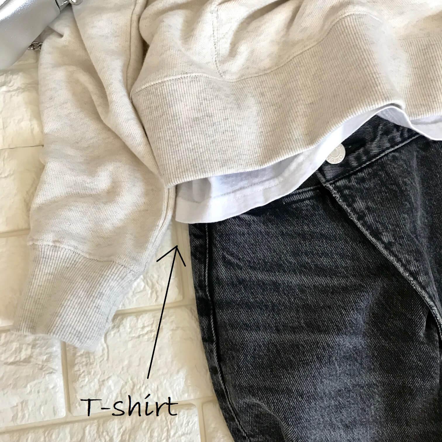 アメリカンホリックのパーカーとTシャツの重ね着画像