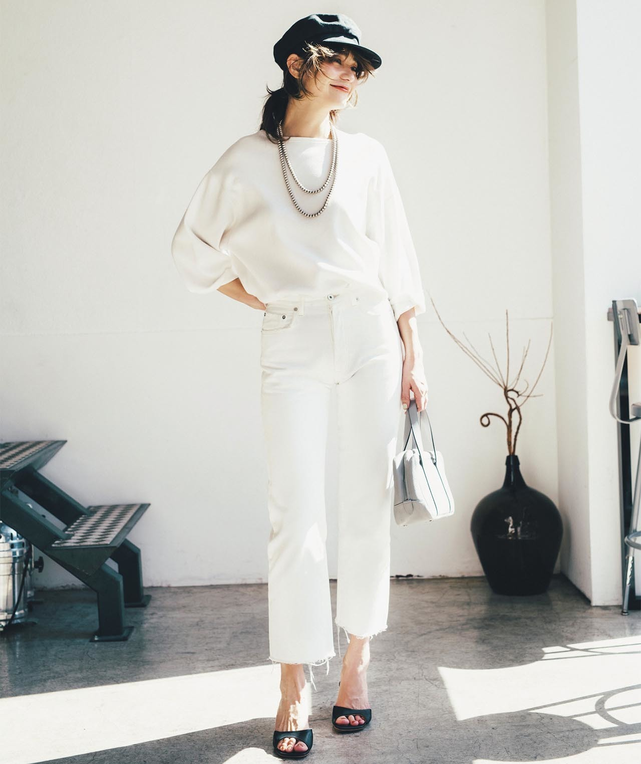 白のプルオーバー×白パンツコーデを着たモデルの竹下玲奈さん