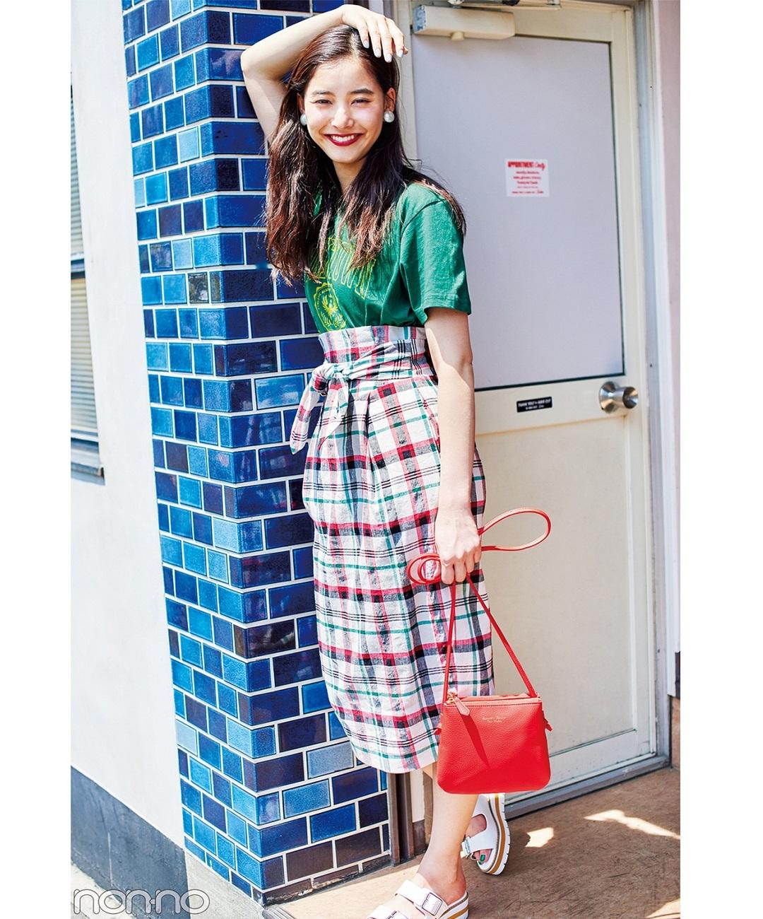 【夏のTシャツコーデ】木優子は、チェック柄タイトと赤バッグで派手に盛って個性を発揮!