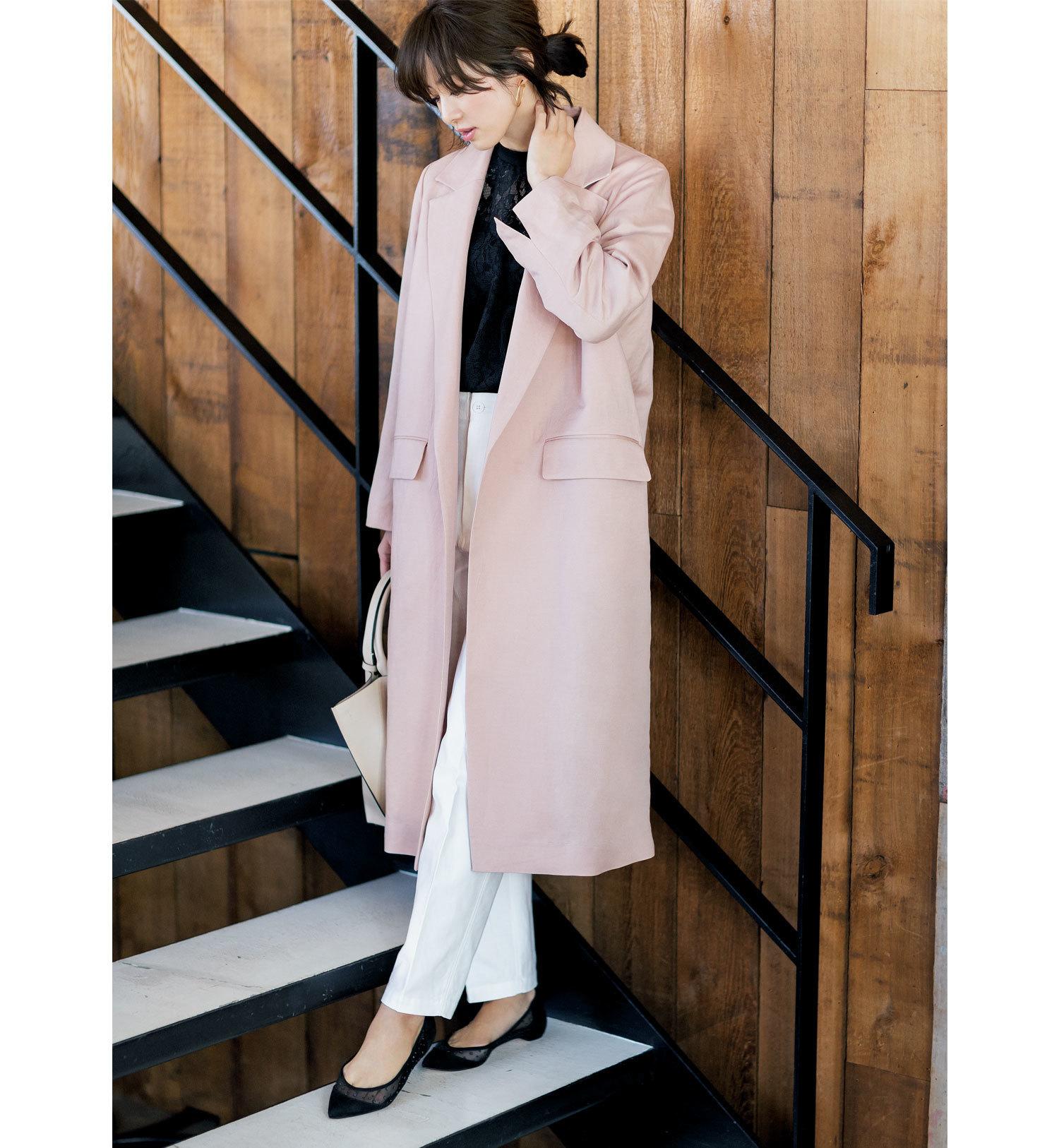 ピンクのコート×白パンツのファッションコーデ