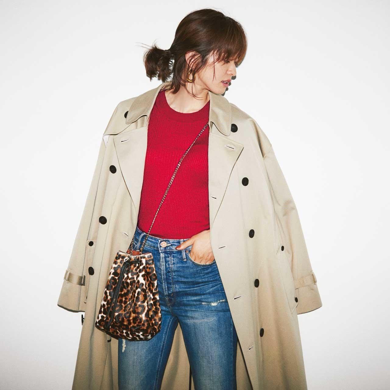 トレンチコート×赤ニットのファッションコーデ