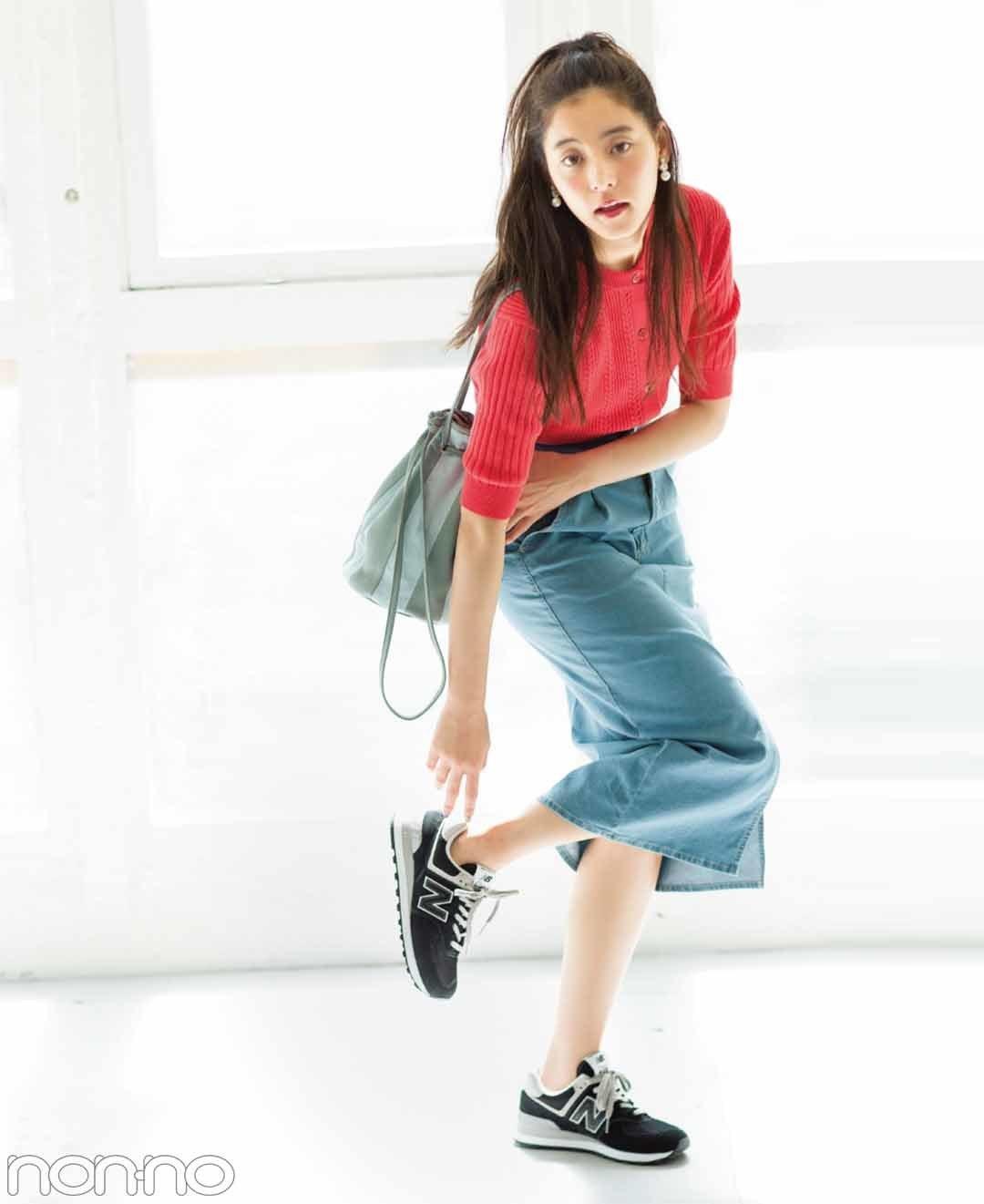 【夏のデニムコーデ】新木優子の大人見え確実のブラックスニーカー×デニムスカートでこなれカジュアルコーデ