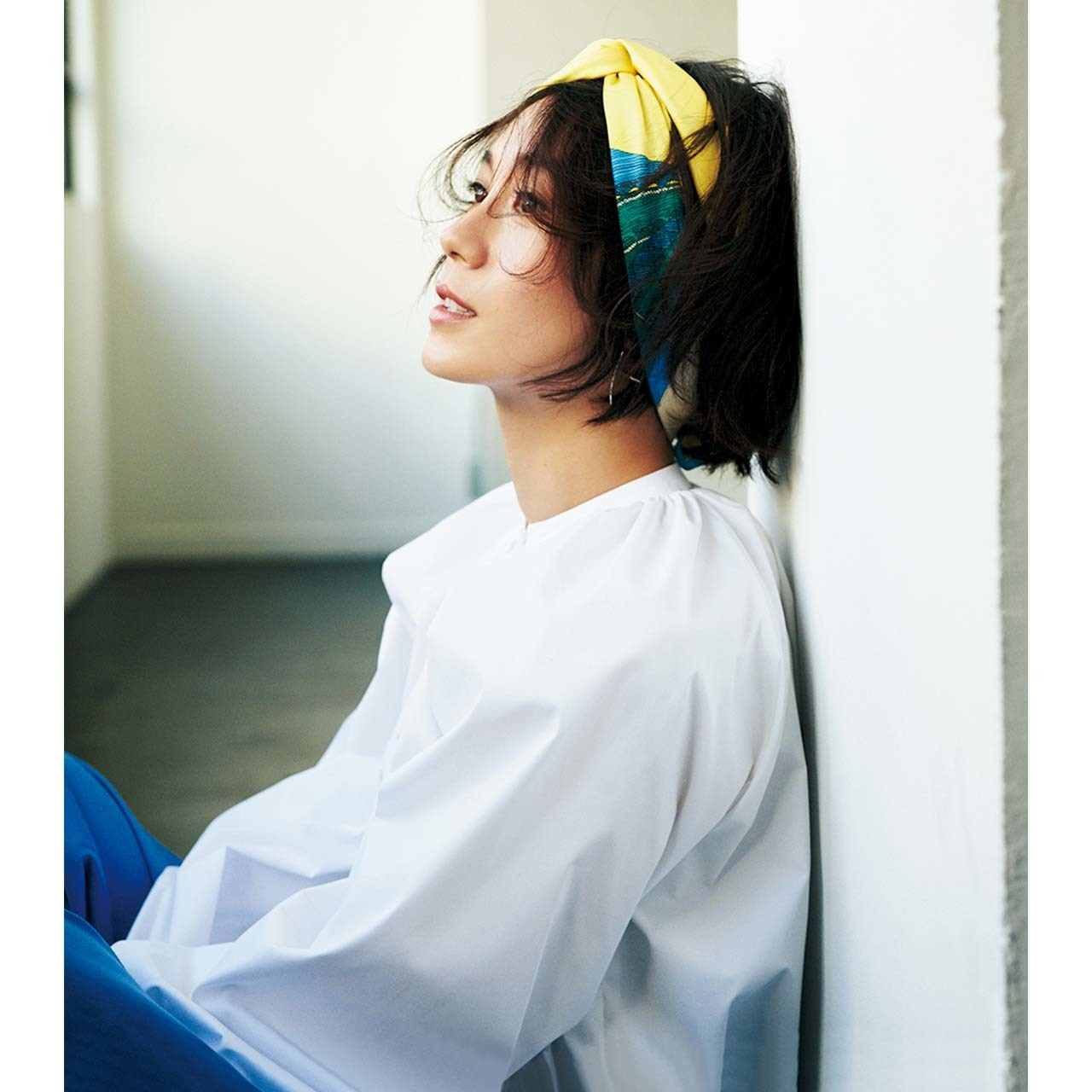 スカーフを使ったヘアアレンジをしたモデルの竹内友梨さん