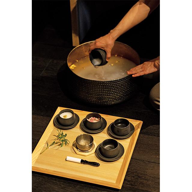 足浴には松井酒造の大吟醸の酒粕や24K純金箔などを用い、春は桜も使用。