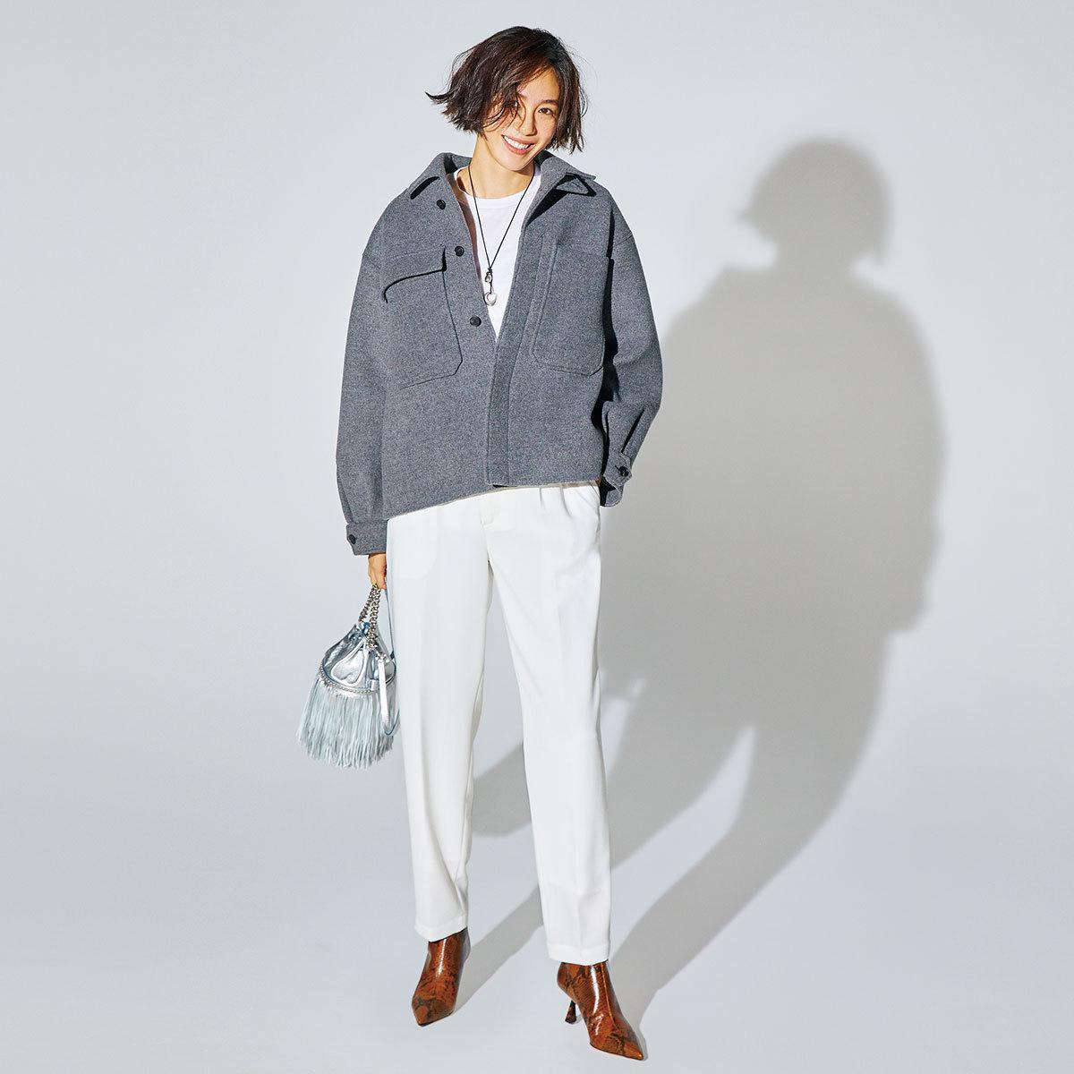 ジャケット×白パンツ×上品アニマル柄のショートブーツコーデ