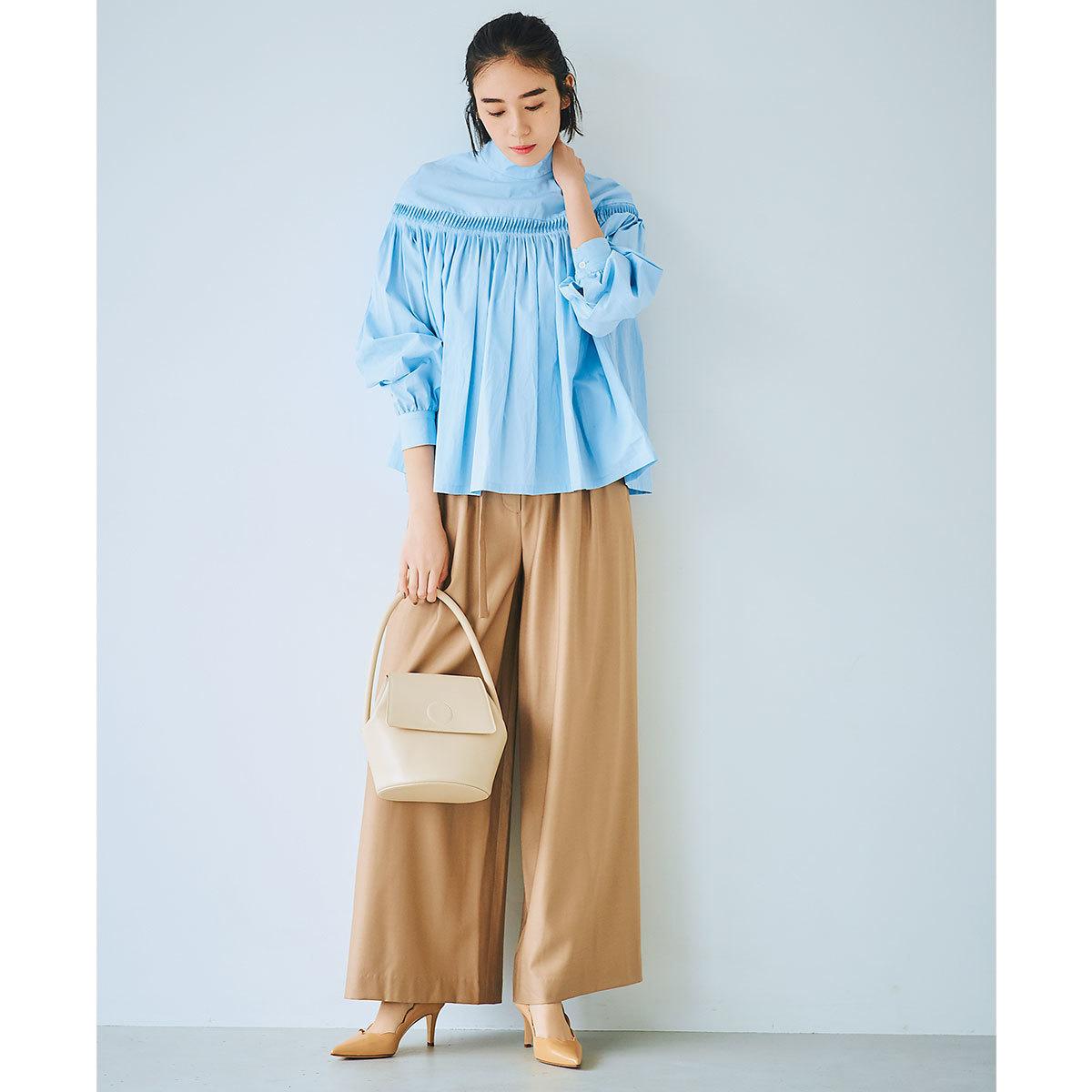 サックスブルーのシャツ×ベージュのワイドパンツコーデ